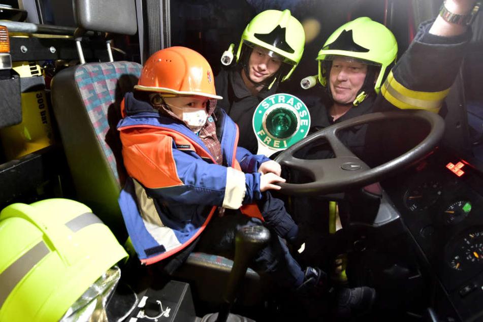Im Dezember 2015 erfüllte sich Lukas' letzter Wunsch - einmal Feuerwehrmann sein.