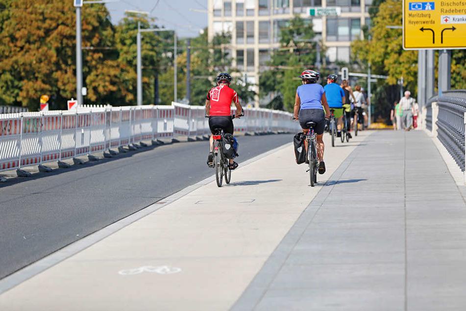 Laut ADFC ist der neue Radweg auf der Albertbrücke zu klein gebaut. Die Stadt  widerspricht vehement.
