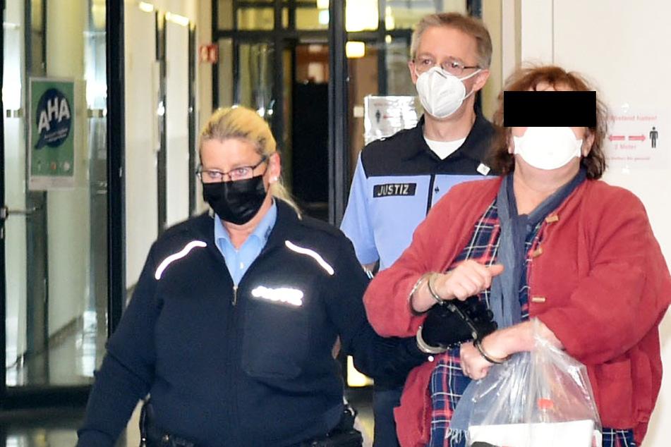 Kerstin L. (62, r.) muss sich derzeit im Landgericht Dresden verantworten.