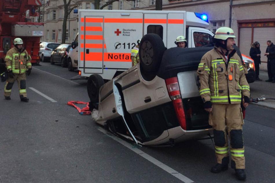 Das Auto wurde von der Rüstgruppe der Berliner Feuerwehr abtransportiert.