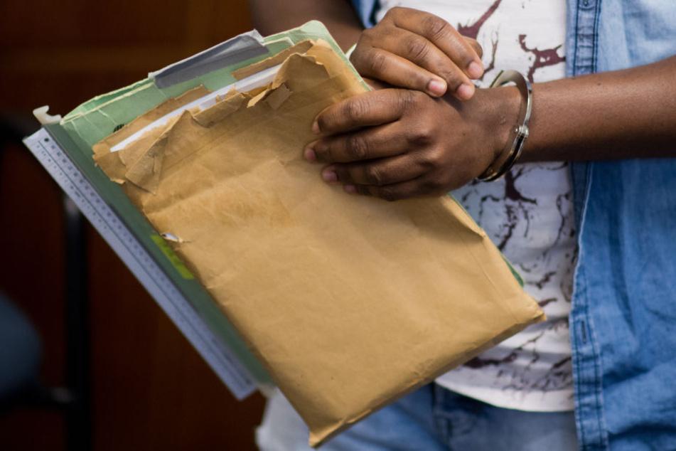Asylbewerber mit mehreren Scheinidentitäten muss wegen Sozialbetrugs vor Gericht.