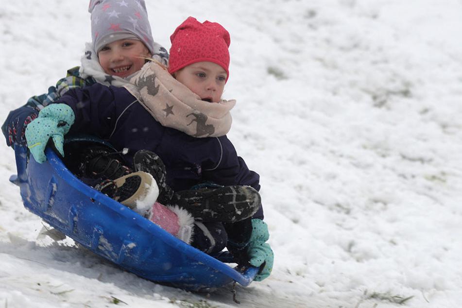 Vivian (vorn) und Vanessa sausen am Sonntag auf ihrem Schlitten einen Hang auf dem Erbeskopf (816m) hinab. Auf dem höchsten Berg in Rheinland-Pfalz schneit es derzeit und viele Kinder nutzen den ersten Schnee zum Rodeln.