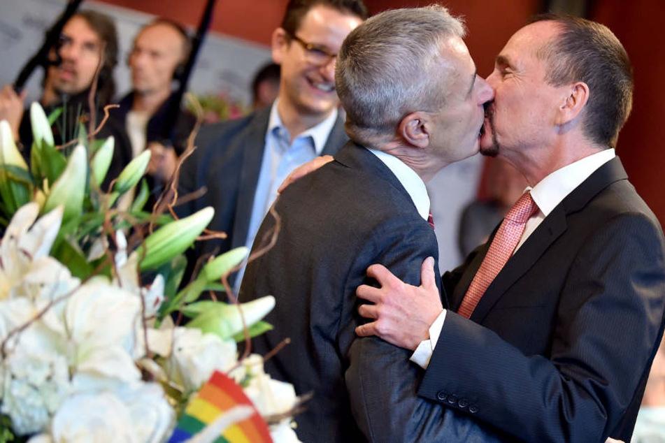 Homosexuelle Paare (wie hier in Berlin) können seit Oktober heiraten. Doch ein Softwareproblem scheint den Boom in Baden-Württemberg zu bremsen.