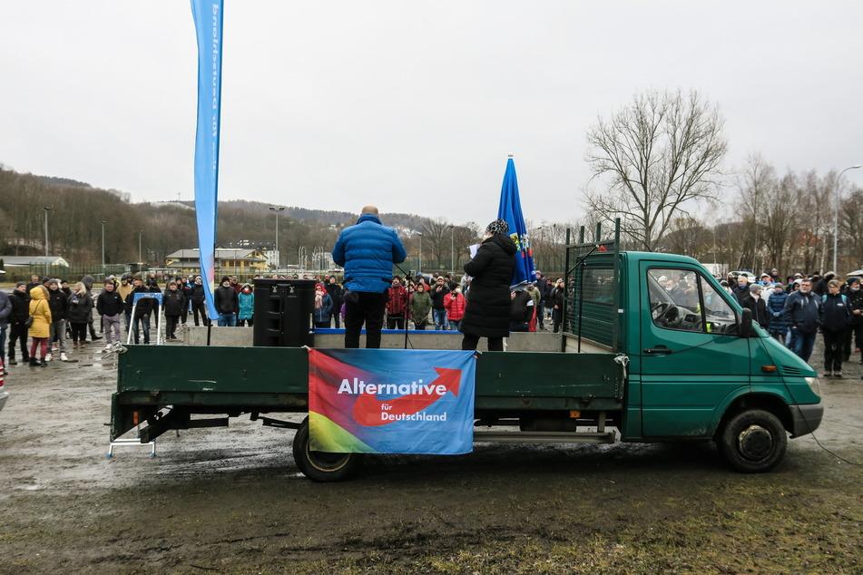 Etwa 200 Personen sind dem Aufruf der AfD in Schwarzenberg gefolgt und nahmen an der Kundgebung teil.