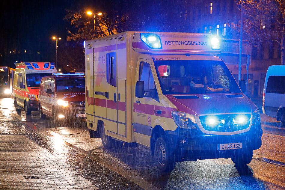 Mehrere Rettungskräfte waren am Freitagabend vor Ort und versorgten den verletzten Busfahrer.