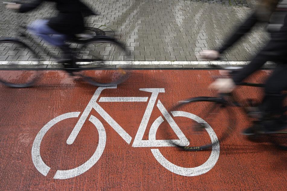Der Radfahrer trug ersten Erkenntnissen zufolge keinen Helm und befindet sich nach seinem Sturz in einem ernsten Zustand. (Symbolbild)