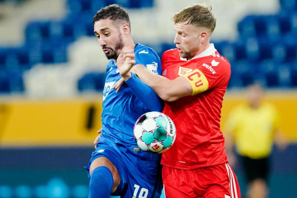 Hoffenheims Ishak Belfodil (l.) und Berlins Marvin Friedrich kämpfen um den Ball.