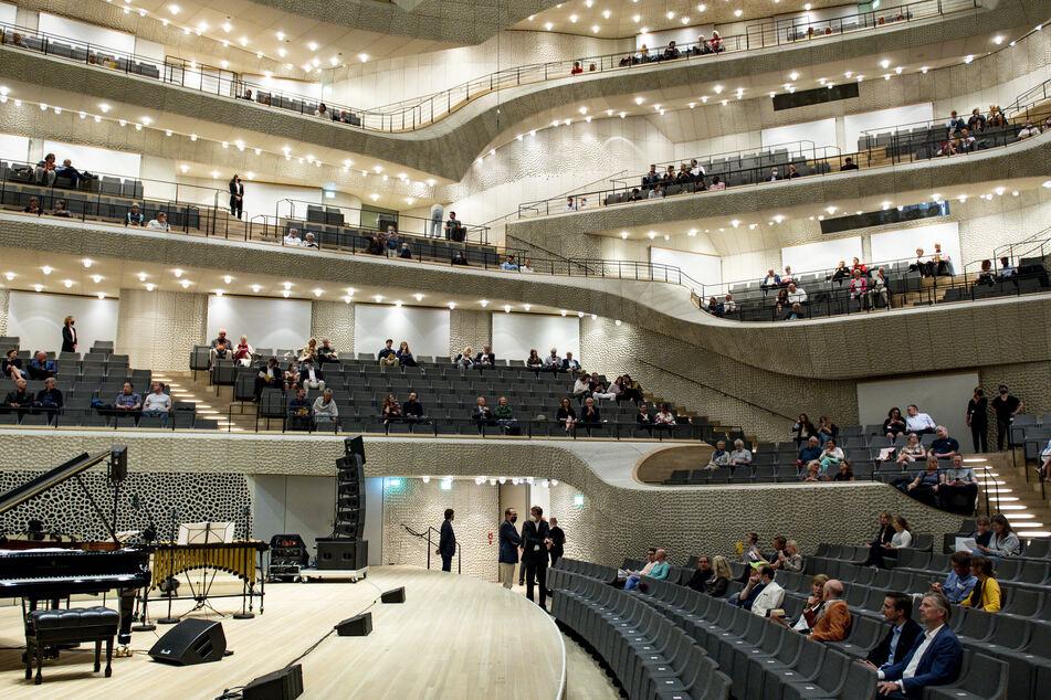 Besucher sitzen in der Elbphilharmonie. Am 31. Mai öffnet das Konzerthaus wieder nach der Corona-Pause.