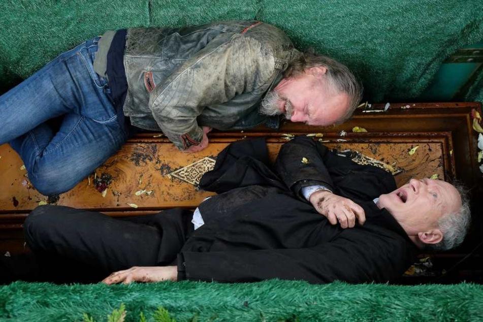 Wolfgang (oben) und Thomas Brünn sehen sich nach Jahrzehnten am Grab ihrer Mutter wieder. Im Streit stürzen beide auf den Sarg der Mama und verletzen sich.