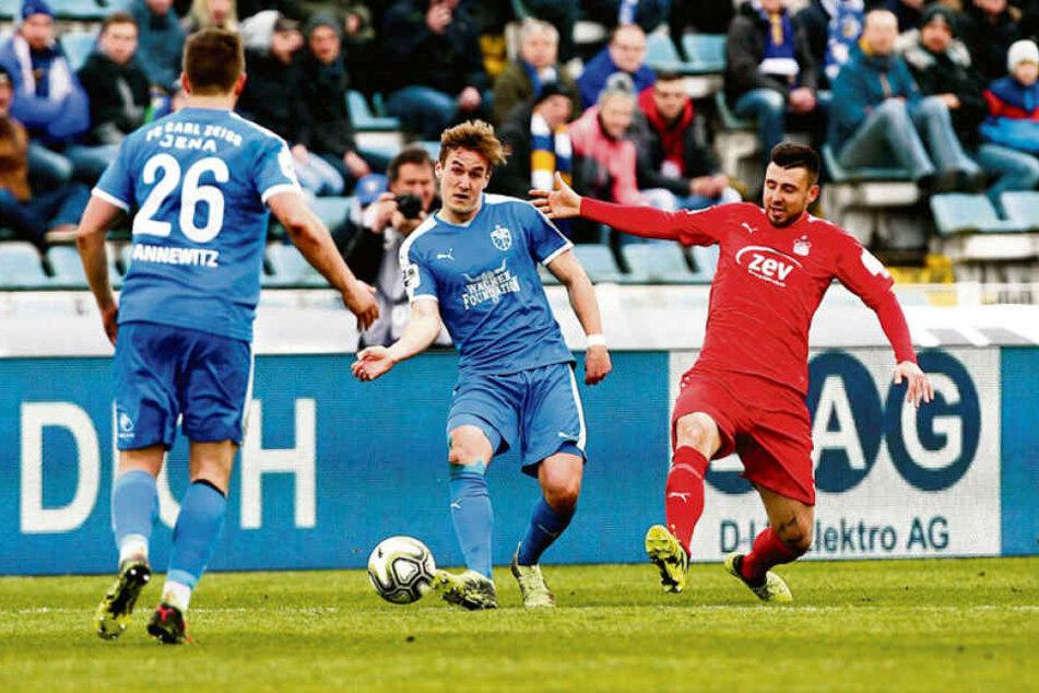 Davy Frick (r.) kommt zu spät, kann Jenas Julian-Günther Schmidt nicht stoppen.