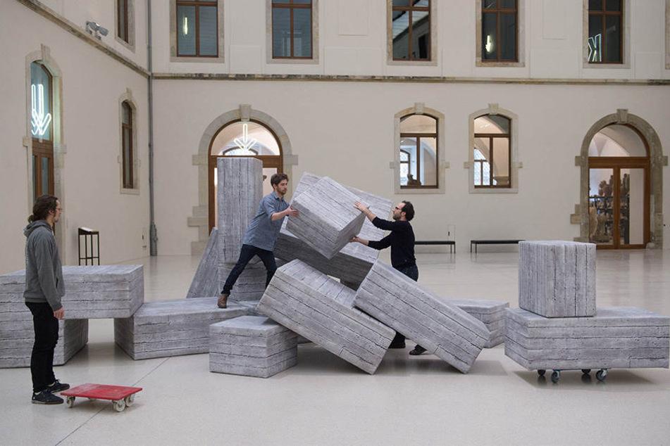 """Kuratoren bauen einen Teil der auf der documenta 14 ausgestellten Installation """"Demos"""" im Lichthof des Albertinum auf."""