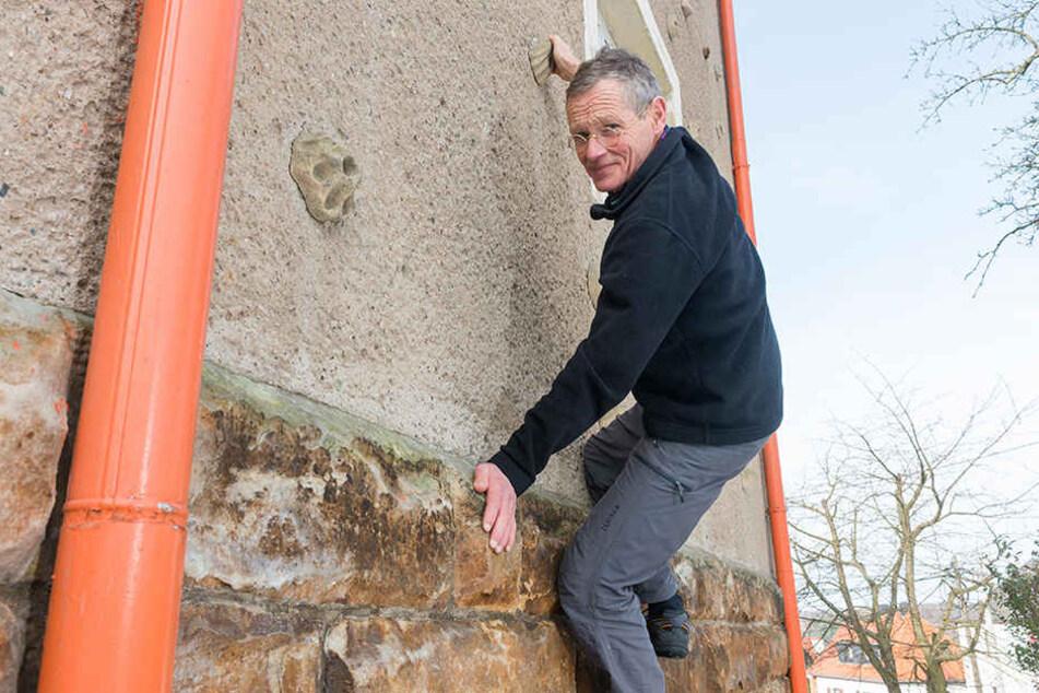 Der Herr der vertikalen Wände, Bernd, Arnold, wird 70 Jahre. Selbst an seiner Hauswand hat er Griffe geschraubt.