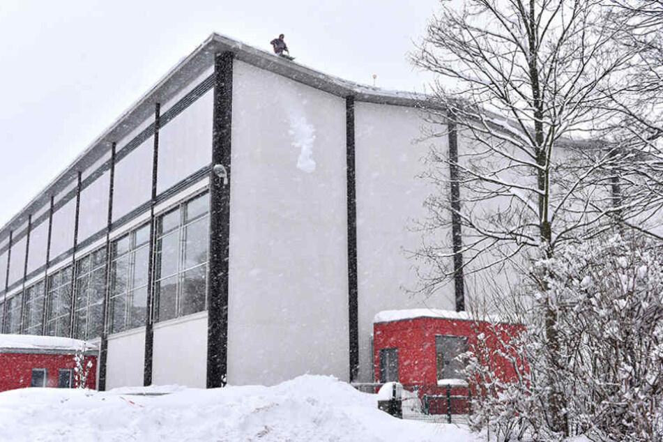 Nach den Räumarbeiten soll die Ernst-Grube-Halle am Mittwoch wieder öffnen.