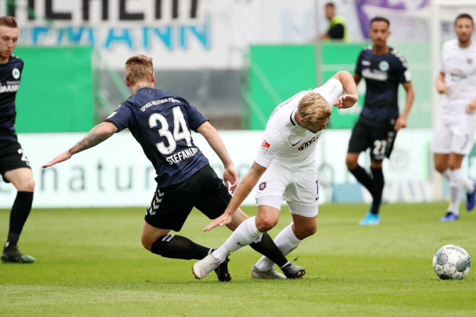 Philipp Zulechner (r.) setzt sich gegen Marvin Stefniak durch. Er war einer von drei Stürmern in Fürth.