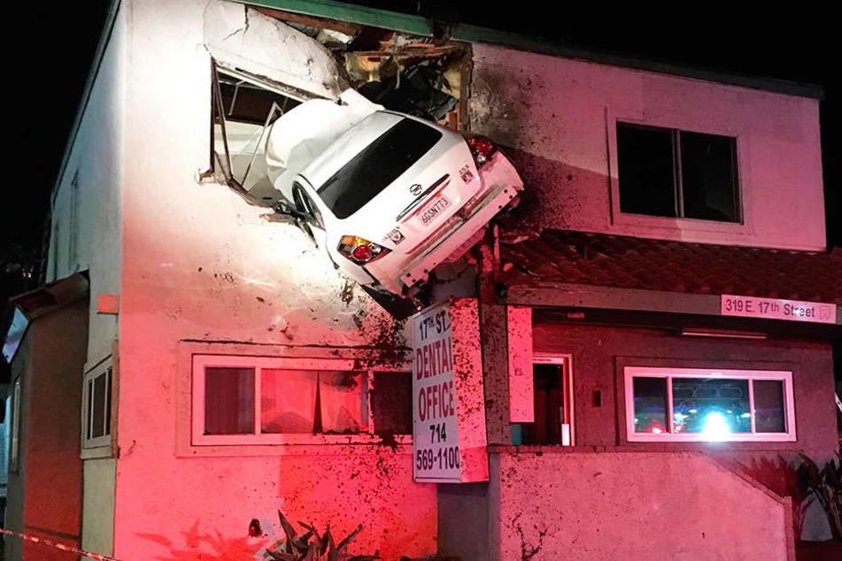 Das Auto hatte zuvor den Mittelstreifen gerammt und hieb ab - mitten in eine Zahnarztpraxis.