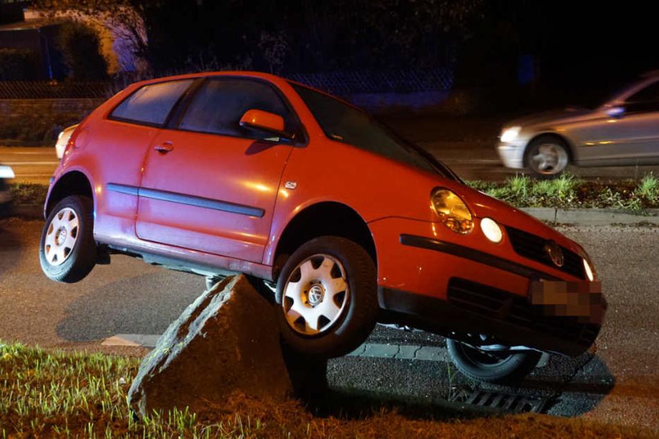 Andere Verkehrsteilnehmer halfen der Polofahrerin (23) aus ihrem Auto.