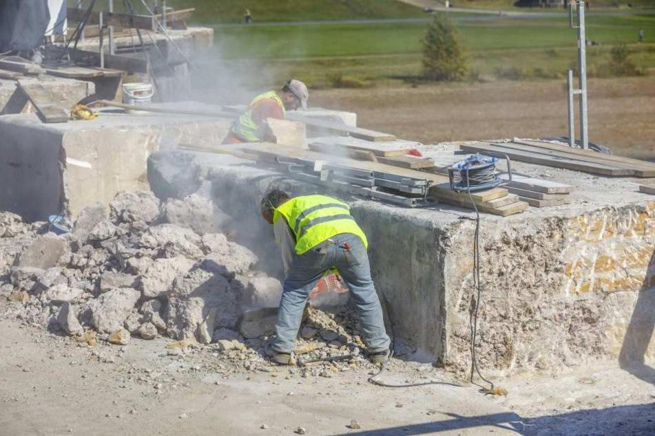 Am Freitag hantierten zwei Bauarbeiter auf der Baustelle herum, ohne Atemschutz.