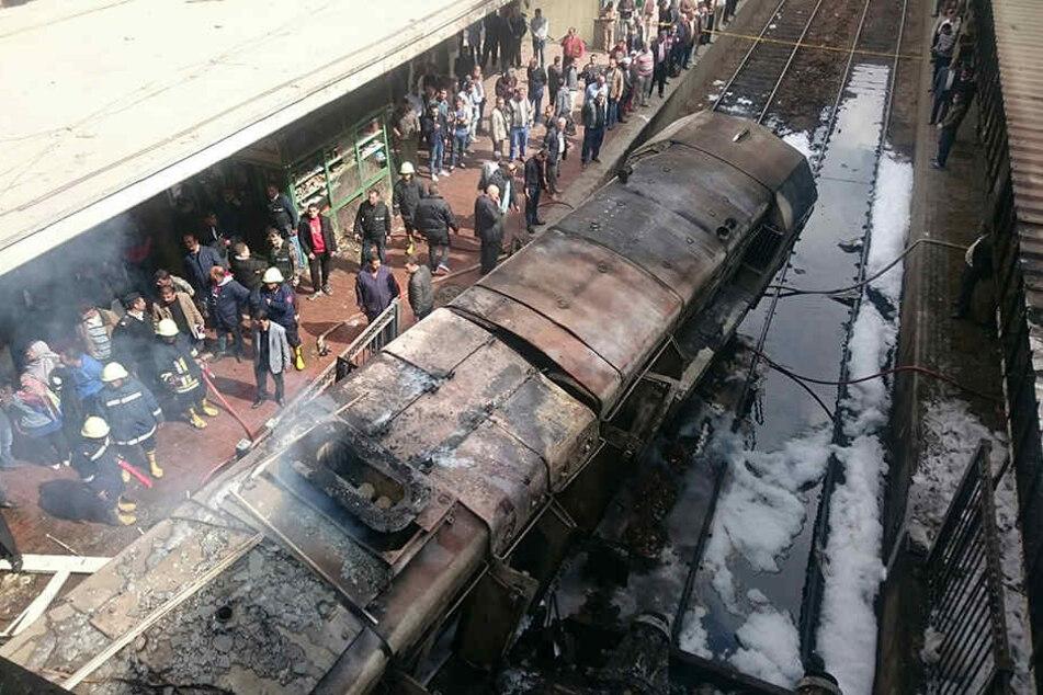 Der Zug brannte im Bahnhof komplett aus.