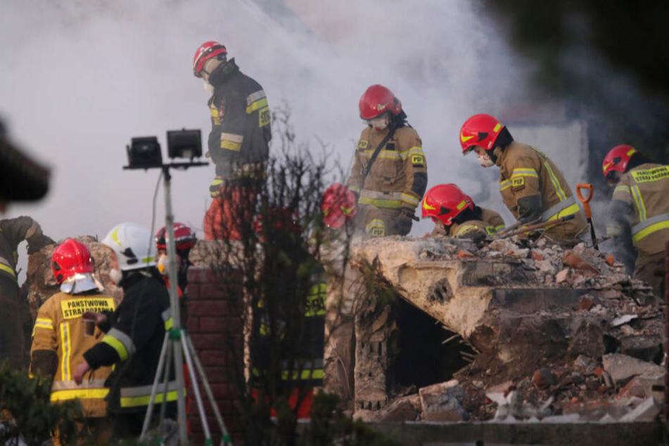 Rettungskräfte durchsuchen den Schutt eines Hauses, das am 5. Dezember bei einer Gasexplosion zerstört worden ist.