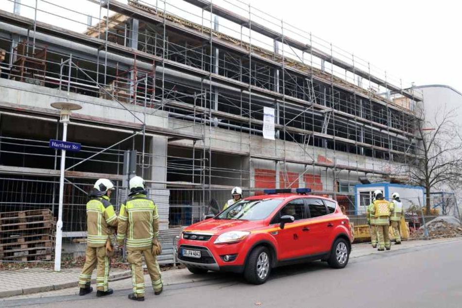 Dutzende Feuerwehrmänner mussten am Samstagnachmittag zu dem Parkhaus-Rohbau in Gorbitz ausrücken.