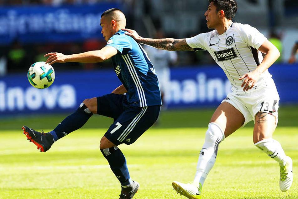 HSV-Stürmer Bobby Wood im Duell mit Frankfurts Carlos Salcedo.