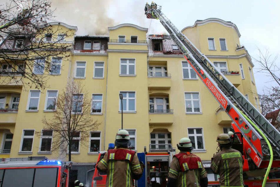 Feuerwehrleute bekämpfen den Brand.