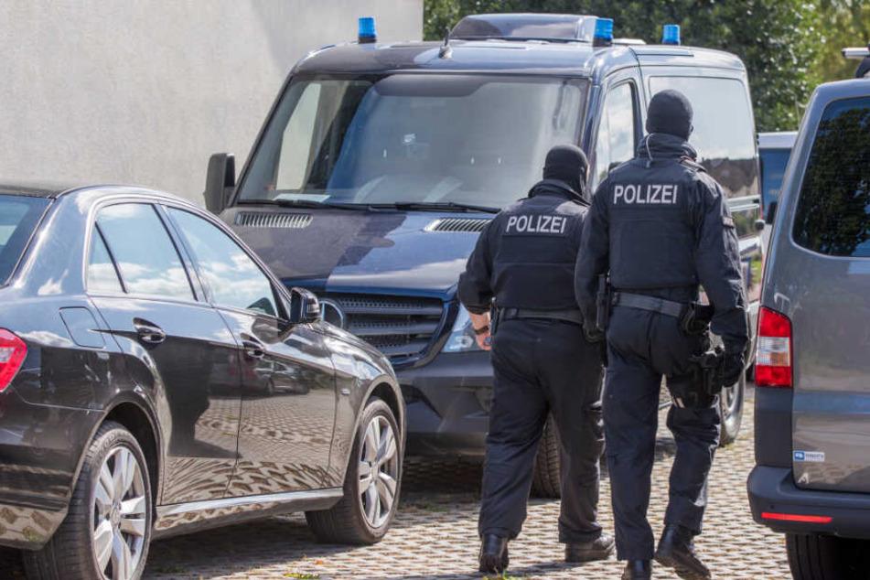 Polizisten einer Spezialeinheit durchsuchten im August 2017 Grundstück und Gebäude des ehemaligen Polizisten. (Archivbild)