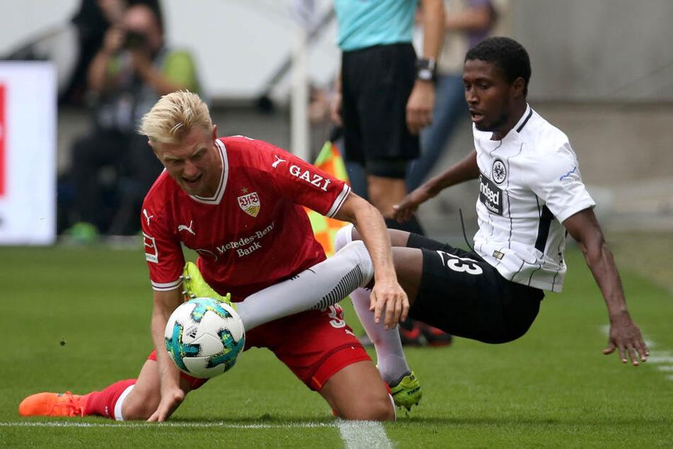 Eintracht Frankfurts Taleb Tawatha im Zweikampf mit Andreas Beck vom VfB Stuttgart.