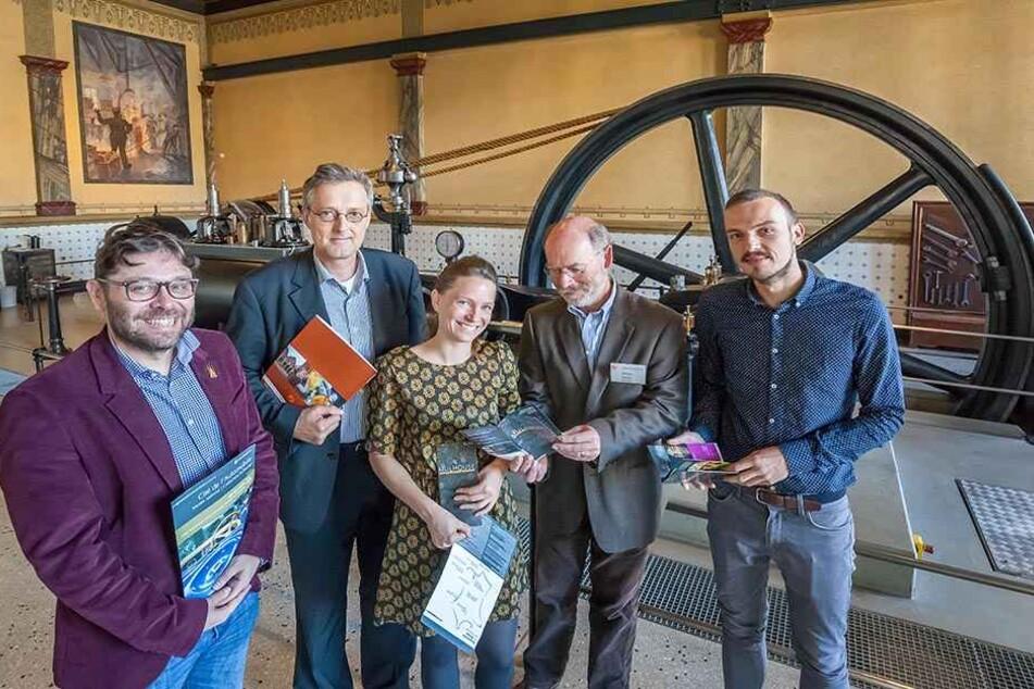 Oliver Brehm (53, 2.v.l.) und Amtskollege Olivier Iannone (43, l.) mit ihren  engsten Mitarbeitern im Industriemuseum.