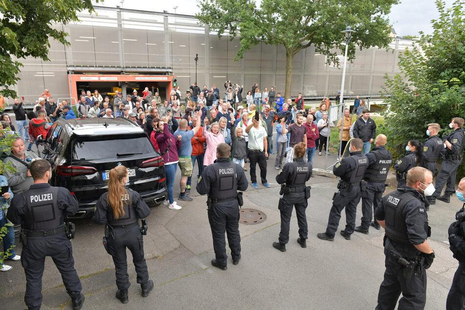 Wo immer der Ministerpräsident auch auftaucht – wie hier bei einer Veranstaltung in Freiberg – da weiß er: Es warten nicht nur Fans.