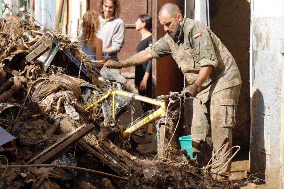 Ein Soldat bei den Aufräumarbeiten in Sant Llorenc des Cardassar.