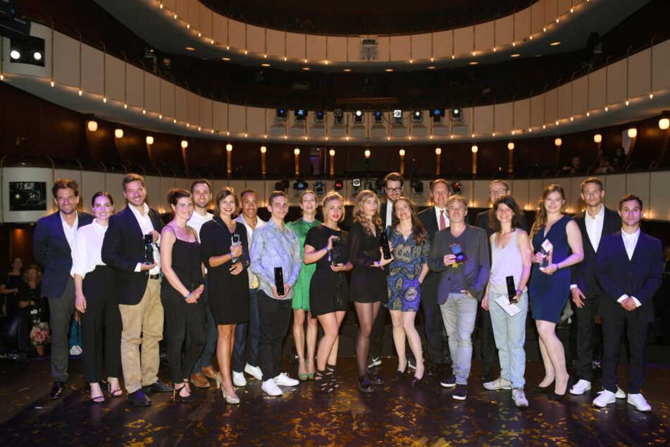 Preisträger und Laudatoren von 2018 stehen nach der Verleihung des Studio Hamburg Nachwuchspreises im Thalia Theater auf der Bühne zusammen. Am Freitag wird in der Hansestadt erneut der rote Teppich für den Nachwuchs der Branche ausgerollt.