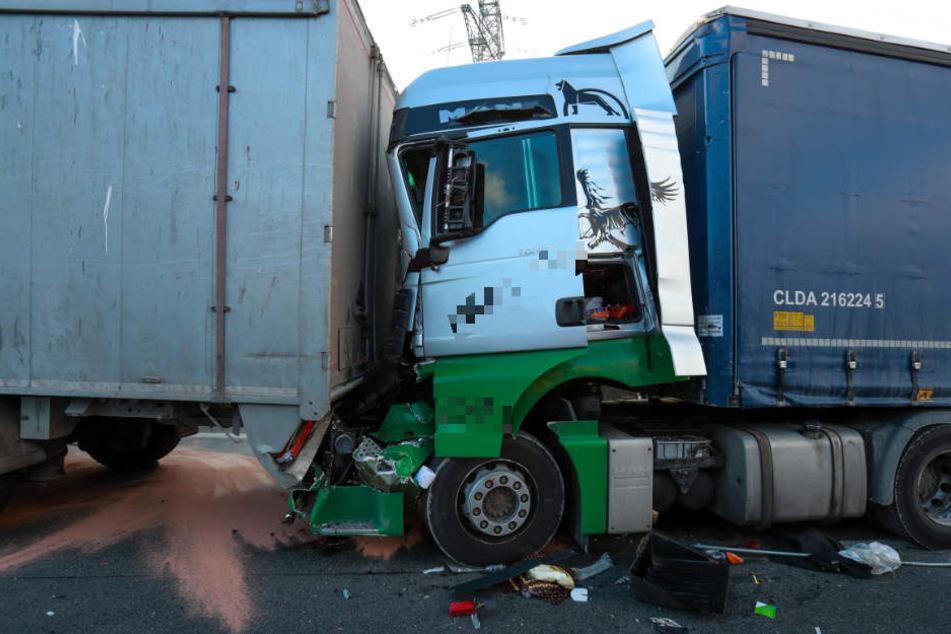 Ein Fahrer wurde im Führerhaus eingeklemmt und schwer verletzt.