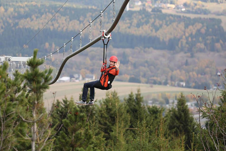 Jens Weißflog (54) testete die mit 1550 Metern weltweit längste Fly-Line in Oberwiesenthal.