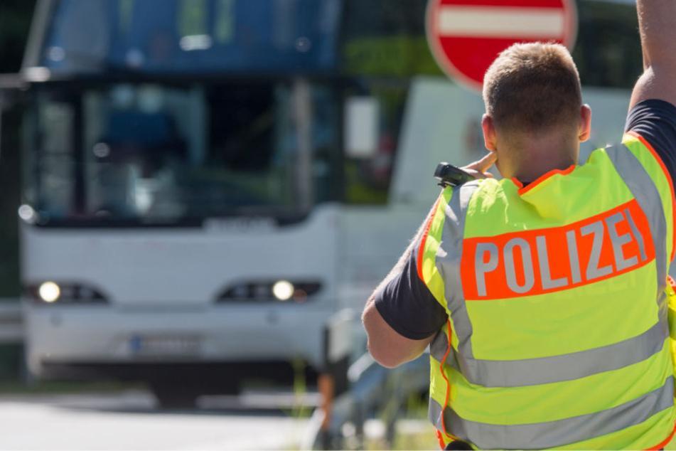 Die Beamten konnten bei der Kontrolle eines Busses einen Mann verhaften. (Symbolbild)