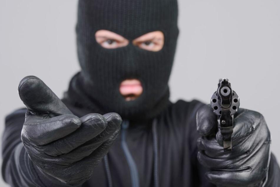Die beiden Täter forderten Bargeld. Als die Bedrohten nicht reagierten, flüchteten die Männer. (Symbolbild)