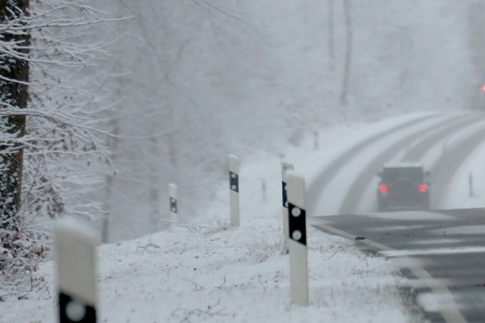 Der Mopedfahrer verlor auf der schneeglatten Fahrbahn die Kontrolle. (Symbolbild)