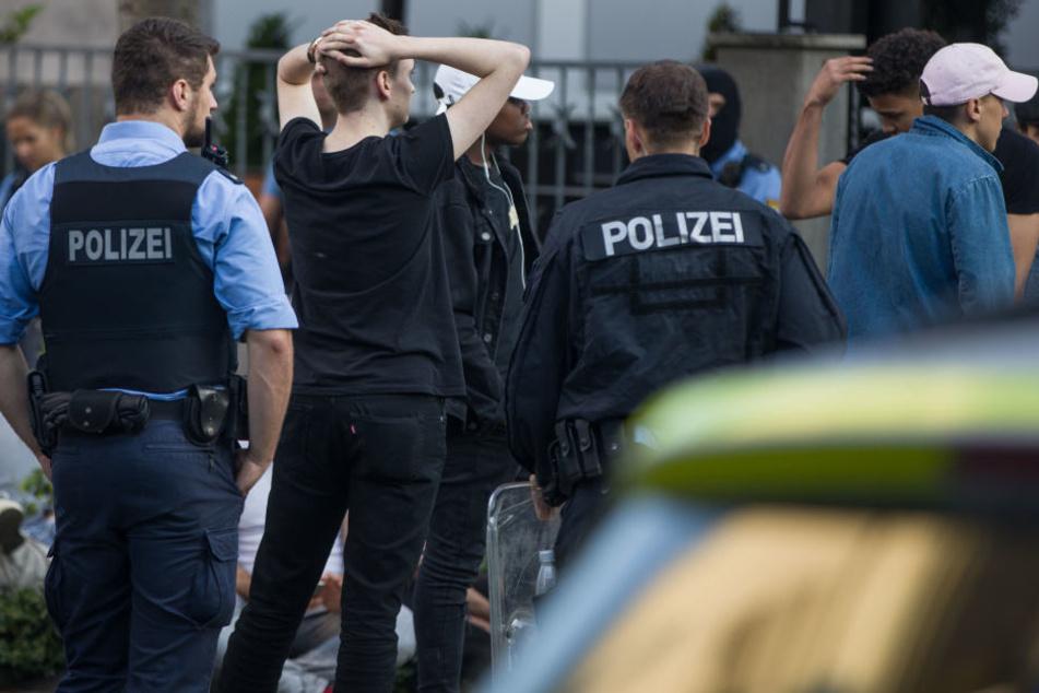 In Folge der Angriffe wurden 15 Beamte verletzt.