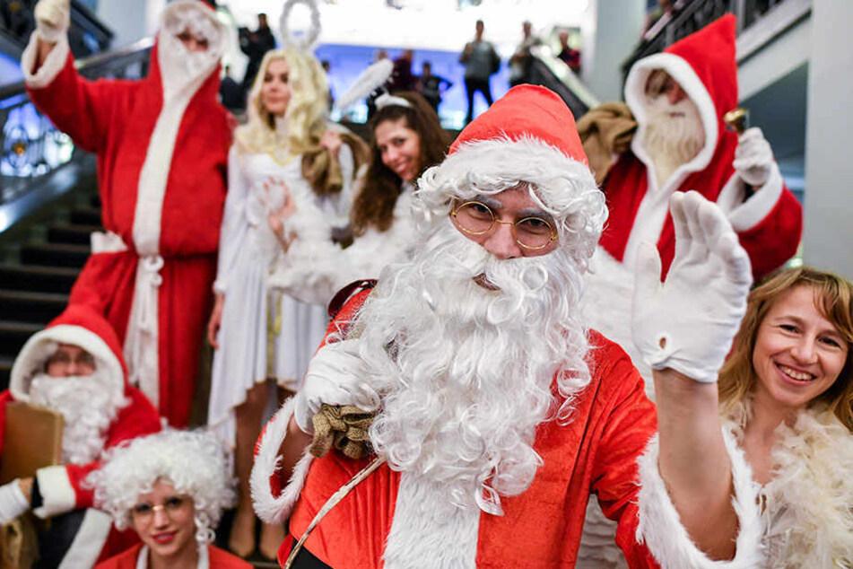 Weihnachtsmänner und Weihnachtsengel im Berliner Friedrichstadtpalast.