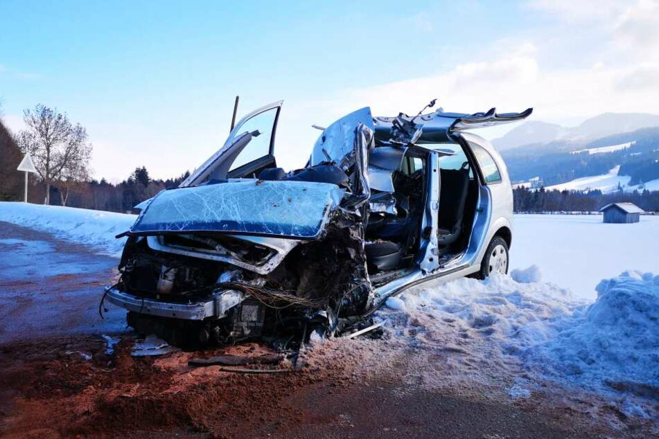 In Bayern ist ein Autofahrer mit seinem Wagen in den Gegenverkehr geraten.