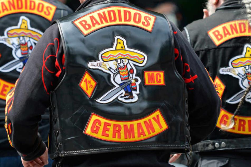 Die Mitglieder des Motorradclubs der Bandidos tragen Westen mit gelb-roten Emblemen.