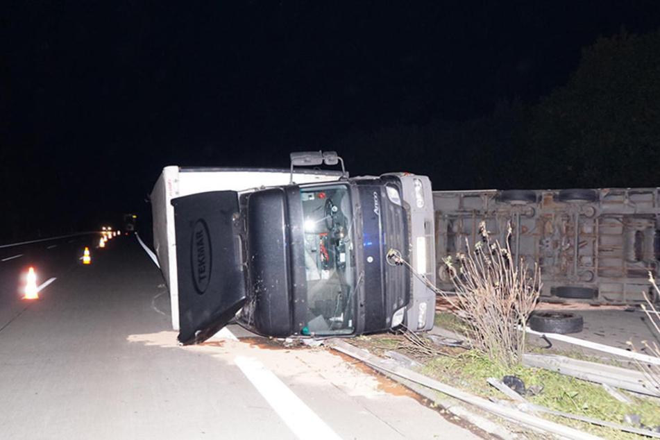 Der vollbeladene Lkw schleuderte über die Mittelplanke und blieb auf der Seite liegen.