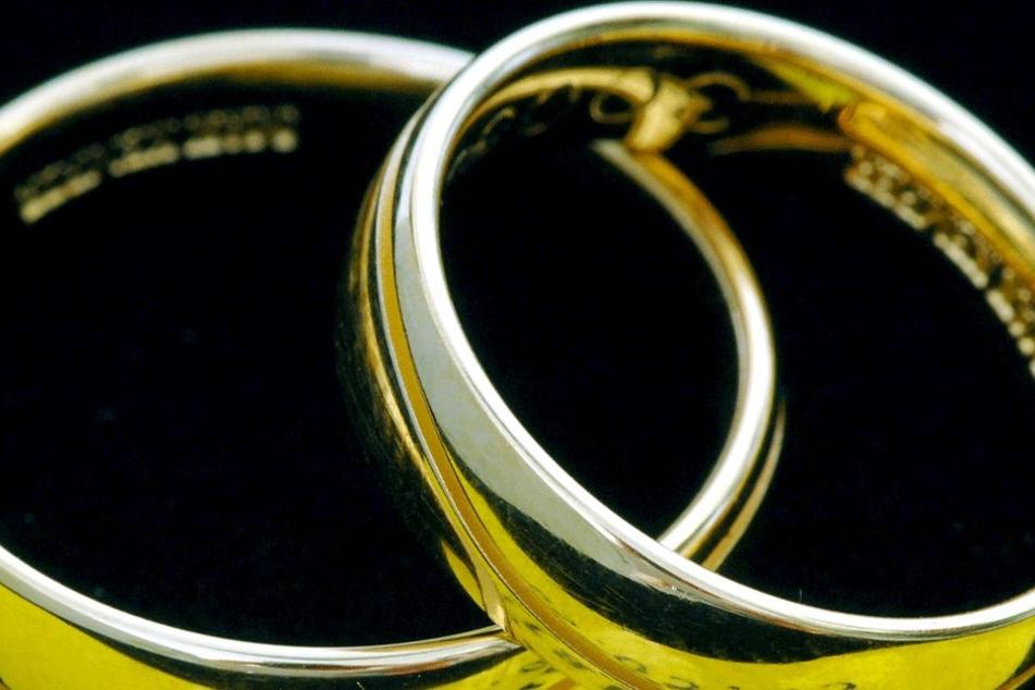 Gehören der Frau gleich beide Eheringe? (Symbolbild)