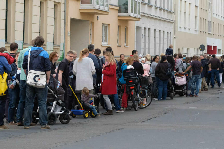 """Im Mai standen hunderte Eltern in der Hoffnung auf einen Kita-Platz vor der Tagesstätte """"Tillj""""."""