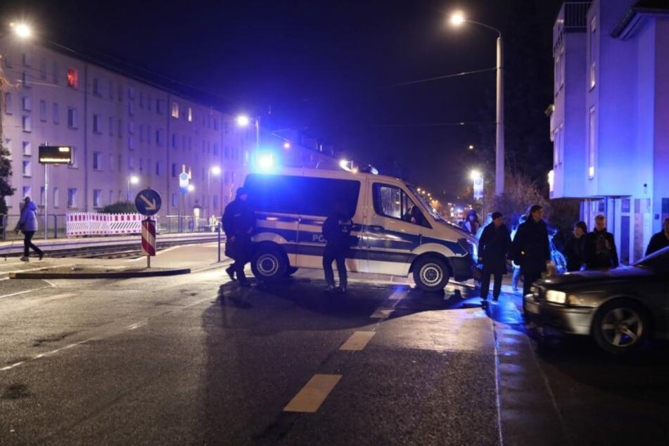 Die Einsatzkräfte kontrollieren Straßenzug für Straßenzug, ob sich noch Anwohner in ihren Häusern aufhalten.