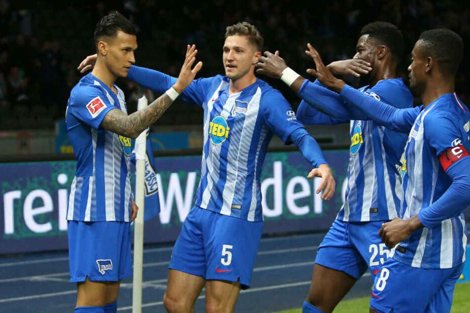 Davie Selke, Niklas Stark, Jordan Torunarigha und Salomon Kalou bejubeln das 1:0.