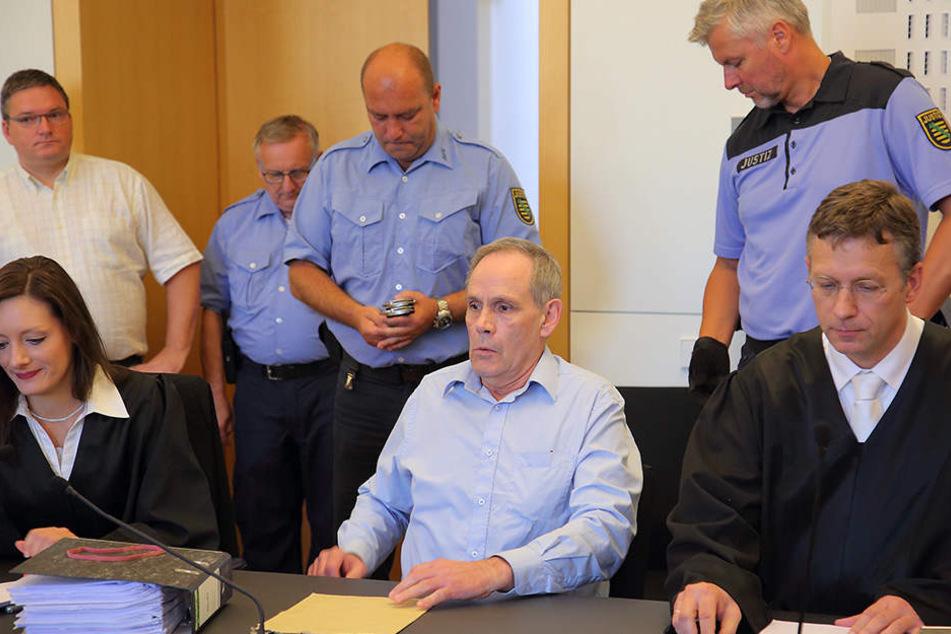 Der Angeklagte Norbert K. (Mitte) war laut Annelis Eltern mit dem Teufel im Bunde.