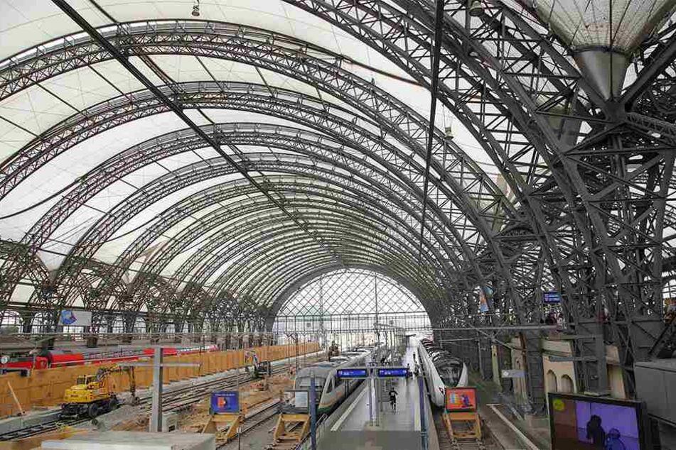 Das weiße Textil-Dach des Dresdner Hauptbahnhofs soll komplett ausgetauscht werden.