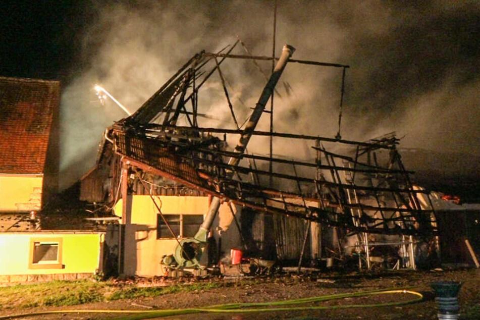Das Gebäude wurde durch die Flammen völlig zerstört.