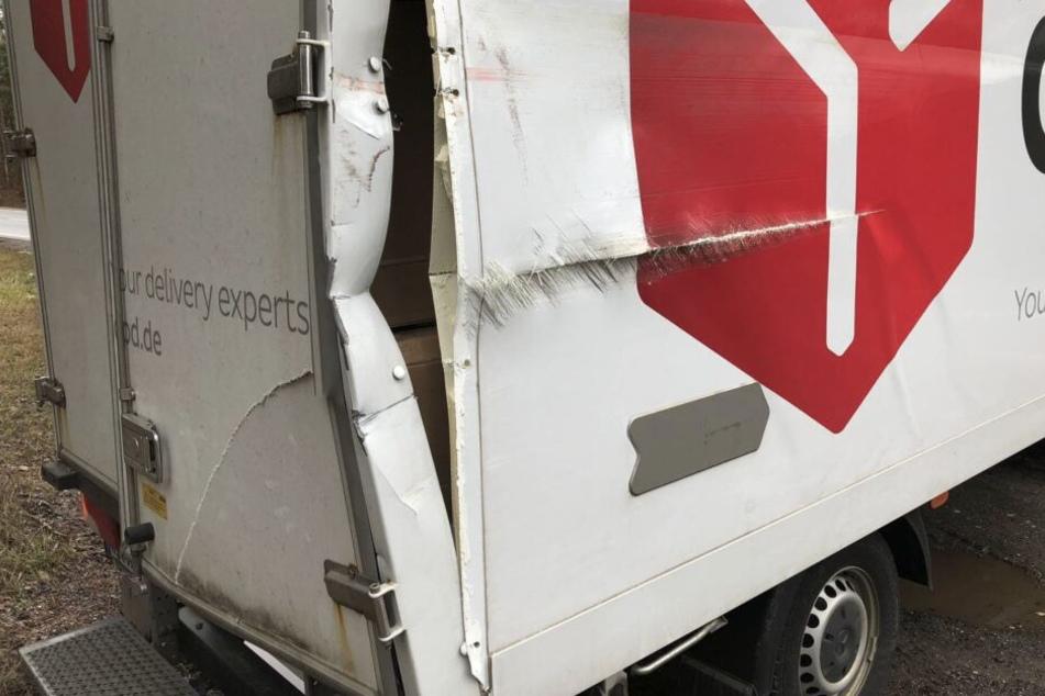 Das Paketauto wurde durch den Panzer aufgebrochen.
